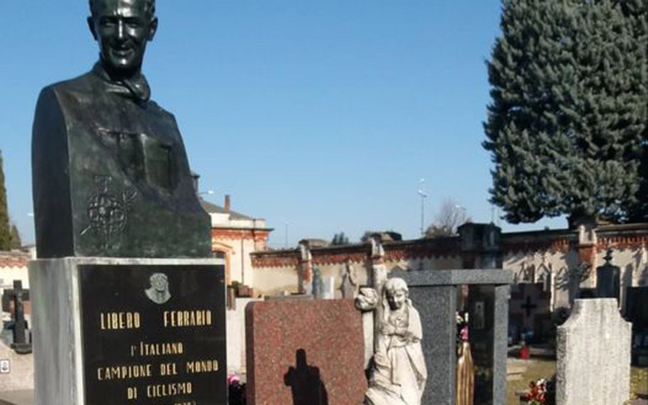 La statua di bronzo sulla tomba di Libero Ferrario nel cimitero di Parabiago