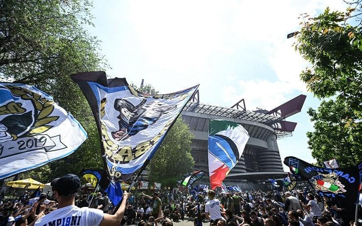 Un momento dei festeggiamenti oggi nei pressi dello stadio San Siro