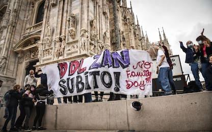 Ddl Zan, Salvini contestato in Duomo. Tensioni con forze dell'ordine