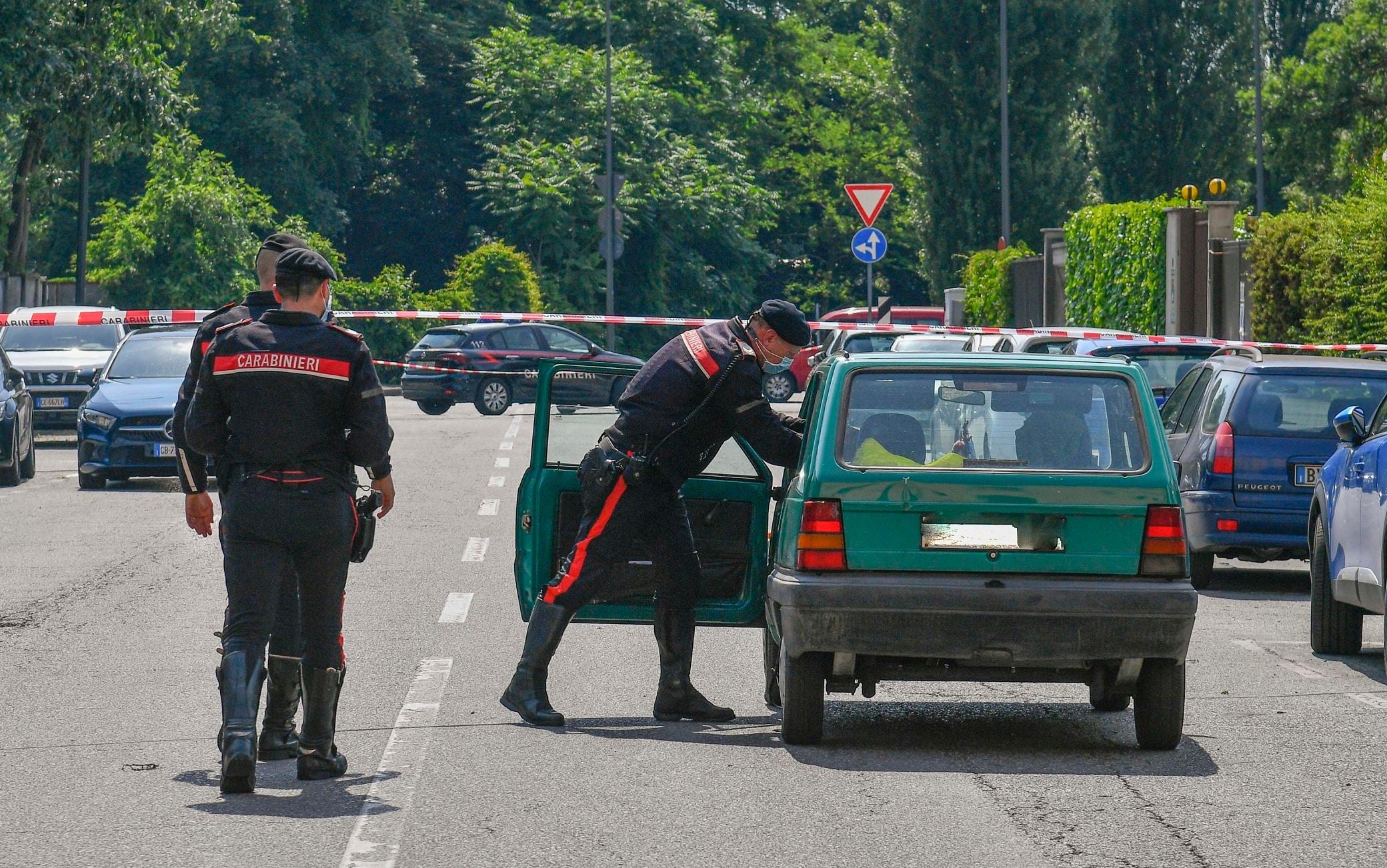 Carabinieri intervenuti in via Amantea, all'angolo con via quinto Romano, per soccorrere un uomo di 54 anni, agonizzante a bordo di un'auto con ferite da taglio. L'uomo è stato trasportato all'Ospedale San Carlo, dove è morto. L'ipotesi prevalente è l'omicidio, Milano, 12 Giugno 2021.   ANSA/ANDREA FASANI