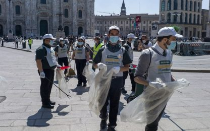 Milano, i dipendenti di Mc Donald's raccolgono rifiuti in Piazza Duomo