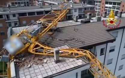 Tromba d'aria a Rozzano, gru crolla su un palazzo. VIDEO