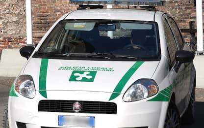 Milano, aggredisce polizia locale: agente spara in aria per fermarlo