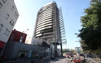 Vigili del Fuoco ancora al lavoro il giorno dopo l'incendio che ha divorato un palazzo di via Antonini a Milano, 30 agosto 2021. ANSA / PAOLO SALMOIRAGO