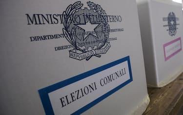 Un momento delle votazioni per le elezioni comunali a Roma nel seggio di Piazza del Collegio Romano, 05 giugno 2016. ANSA/ANGELO CARCONI