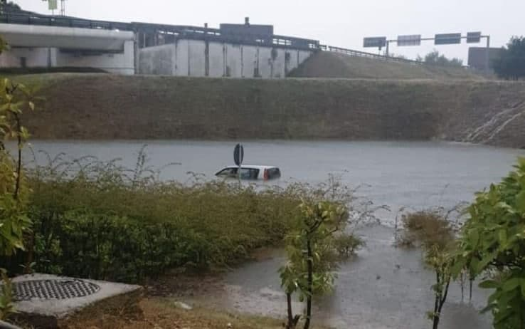 La vettura intrappolata in acqua