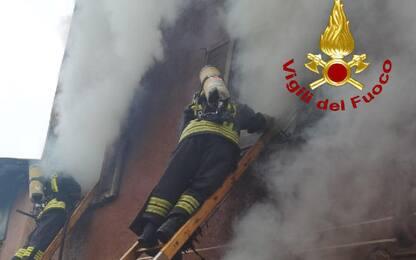 Incendio in una palazzina in Brianza, morto un anziano