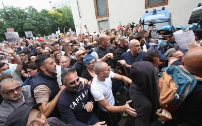 Milano, tensioni durante manifestazione No Green Pass. VIDEO