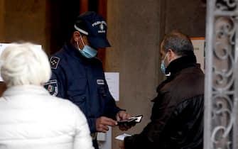 Primo giorno di green pass obbligatorio con controlli per dipendenti pubblici e personale atm - Controllo da parte di un vigile per i dipendenti pubblici a plazzo Marino a Milano, 15 ottobre 2021.ANSA/MOURAD BALTI TOUATI