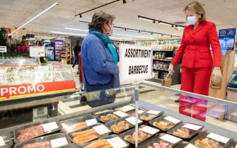 Queen Mathilde of Belgium (R) wearing a protective mask speaks with a customer as she visits the Carrefour supermarkets of Mestdagh groupe in Gerpinnes, on May 6, 2020 during a novel coronavirus (COVID-19) pandemic. (Photo by Benoit DOPPAGNE / BELGA / AFP) / Belgium OUT (Photo by BENOIT DOPPAGNE/BELGA/AFP via Getty Images)