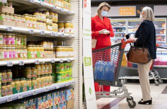 Queen Mathilde of Belgium wearing a protective mask meets a customer as she visits the Carrefour supermarkets of Mestdagh groupe in Gerpinnes, on May 6, 2020 during a novel coronavirus (COVID-19) pandemic. (Photo by Benoit DOPPAGNE / BELGA / AFP) / Belgium OUT (Photo by BENOIT DOPPAGNE/BELGA/AFP via Getty Images)