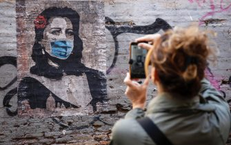 A mural by street artist Harry Greb entitled ''Roma Città Aperta'' with the face of the Italian actress Anna Magnani with the protective mask, in Trastevere district, Rome 25 April 2020.. ANSA / FABIO FRUSTACI
