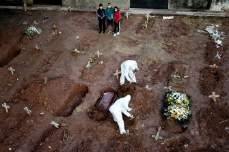 RIO DE JANEIRO, BRAZIL - MAY 08: Relatives of Neide Rodrigues, 71, who died of the coronavirus disease (COVID-19), mourn at the Caju cemetery on May 8, 2020 in Rio de Janeiro, Brazil. According to the Brazilian Health Ministry, Brazil has 135.106 positive cases of coronavirus (COVID-19) and a total of 9.146  deaths. (Photo by Buda Mendes/Getty Images)