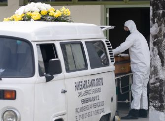 RIO DE JANEIRO, BRAZIL - MAY 08: Funeral worker wearing protective gear loads a van with a casket of a person suspected to die of coronavirus (COVID-19) at Hospital Municipal Lourenço Jorge on May 8, 2020 in Rio de Janeiro, Brazil.  According to the Brazilian Health Ministry, Brazil has 135.106 positive cases of coronavirus (COVID-19) and a total of 9.146 deaths. (Photo by Buda Mendes/Getty Images)