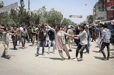 Kabul, bomba in una moschea: 12 fedeli uccisi