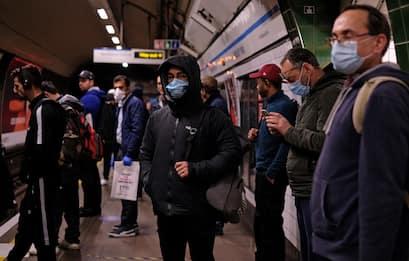 Coronavirus, GB: Johnson annuncia nuovi controlli sulla metro. FOTO