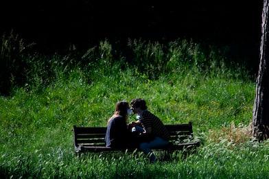 Coronavirus Olanda, autorità ai single: Trovatevi un compagno di letto