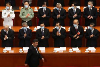 epa08436657 Delegates applaud as Chinese President Xi Jinping arrives at the opening session of China's National People's Congress (NPC) at the Great Hall of the People in Beijing, China, 22 May 2020. China held the Chinese People's Political Consultative Conference (CPPCC) on 21 May and will hold the National People's Congress (NPC) on 22 May, after the two major political meetings initially planned to be held in March 2020 were postponed amid the ongoing coronavirus COVID-19 pandemic.  EPA/Ng Han Guan / POOL