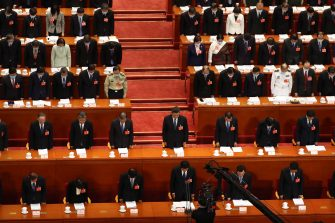 epa08436658 Chinese President Xi Jinping (C) and other Chinese leaders bow their heads during the opening session of China's National People's Congress (NPC) at the Great Hall of the People in Beijing, China, 22 May 2020. China held the Chinese People's Political Consultative Conference (CPPCC) on 21 May and will hold the National People's Congress (NPC) on 22 May, after the two major political meetings initially planned to be held in March 2020 were postponed amid the ongoing coronavirus COVID-19 pandemic.  EPA/Ng Han Guan / POOL