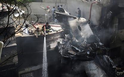 Pakistan, aereo precipita durante l'atterraggio a Karachi. FOTO
