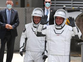 SpaceX, il lancio della Crew Dragon con gli astronauti NASA. FOTO