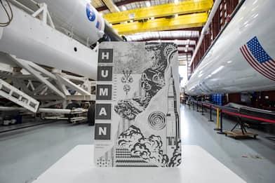 SpaceX, opere d'arte a bordo della Dragon 2 insieme a astronauti NASA