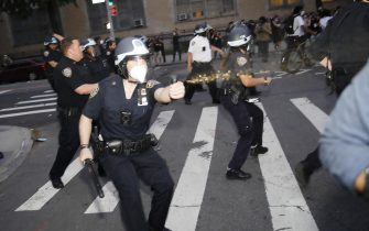 epa08455213 NYPD officers spray pepper spray at protesters as they demostrate about the arrest of George Floyd, who later died in police custody, in Brooklyn, New York, USA, 30 May 2020. A bystander's video posted online on 25 May, appeared to show George Floyd, 46, pleading with arresting officers that he couldn't breathe as an officer knelt on his neck. The unarmed black man later died in police custody.  EPA/KEVIN HAGEN