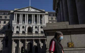 LONDON, ENGLAND - JUNE 01: A man wears a face mask near the Bank of England on June 01, 2020 in London, England. The British government further relaxed Covid-19 quarantine measures in England this week, allowing groups of six people from different households to meet in parks and gardens, subject to social distancing rules. Many schools also reopened and vulnerable people who are shielding in their homes are allowed to go outside again. (Photo by Dan Kitwood/Getty Images)