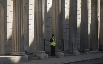LONDON, ENGLAND - JUNE 01: A security guard stands outside the Bank of England on June 01, 2020 in London, England. The British government further relaxed Covid-19 quarantine measures in England this week, allowing groups of six people from different households to meet in parks and gardens, subject to social distancing rules. Many schools also reopened and vulnerable people who are shielding in their homes are allowed to go outside again. (Photo by Dan Kitwood/Getty Images)