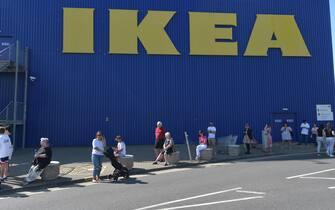 People queuing at the Ikea store in Lakeside, Thurrock, Essex, which has reopened as part of a wider easing of lockdown restrictions in England. (Nick Ansell / IPA/Fotogramma, Thurrock - 2020-06-01) p.s. la foto e' utilizzabile nel rispetto del contesto in cui e' stata scattata, e senza intento diffamatorio del decoro delle persone rappresentate