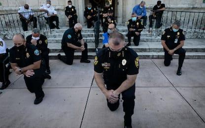 George Floyd, agenti si inginocchiano davanti ai manifestanti. FOTO