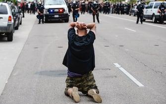 george floyd manifestanti ginocchio
