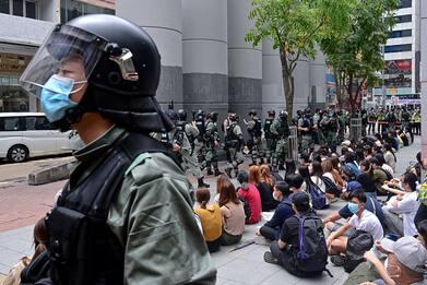 Hong Kong, si dimettono tutti i deputati pro-democrazia