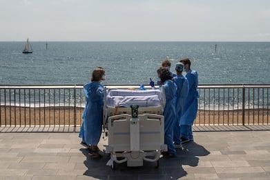 Coronavirus Spagna, a Barcellona ospedale porta pazienti su lungomare