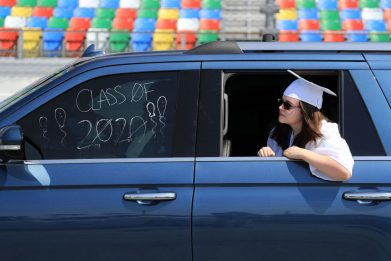 Daytona Beach, i liceali ricevono il diploma in auto sul circuito