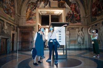 NO FRANCE - NO SWITZERLAND: June 1, 2020 : A woman wearing a protective face mask takes a picture as she visits the Vatican Museums as they reopen amid the spread of the coronavirus disease (COVID-19) at the Vatican (©Alessia Giuliani/CPP / IPA/Fotogramma,  - 2020-06-01) p.s. la foto e' utilizzabile nel rispetto del contesto in cui e' stata scattata, e senza intento diffamatorio del decoro delle persone rappresentate