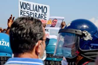 La manifestazione di protesta davanti al consolato Usa a Napoli, sul lungomare Caracciolo, per chiedere giustizia per George Floyd l'uomo ucciso a Minneapolis da un poliziotto. A protestare studenti, comunita di migranti e tutte le sigle dela Rete Antirazziista Napoletana 6 giugno 2020 ANSA / CIRO FUSCO