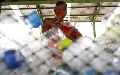 Coronavirus Thailandia, monaci creano mascherine di plastica riciclata