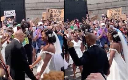 Floyd, a Filadelfia neo sposi festeggiano con i manifestanti. VIDEO