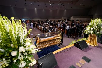 epa08475210 Mourners pause by the casket during a funeral service for George Floyd at the Fountain of Praise church, Houston, Texas, USA, 09 June 2020. A bystander's video posted online on 25 May, appeared to show George Floyd, 46, pleading with arresting officers that he couldn't breathe as an officer knelt on his neck. The unarmed Black man later died in police custody and all four officers involved in the arrest have been charged and arrested.  EPA/David J. Phillip / POOL