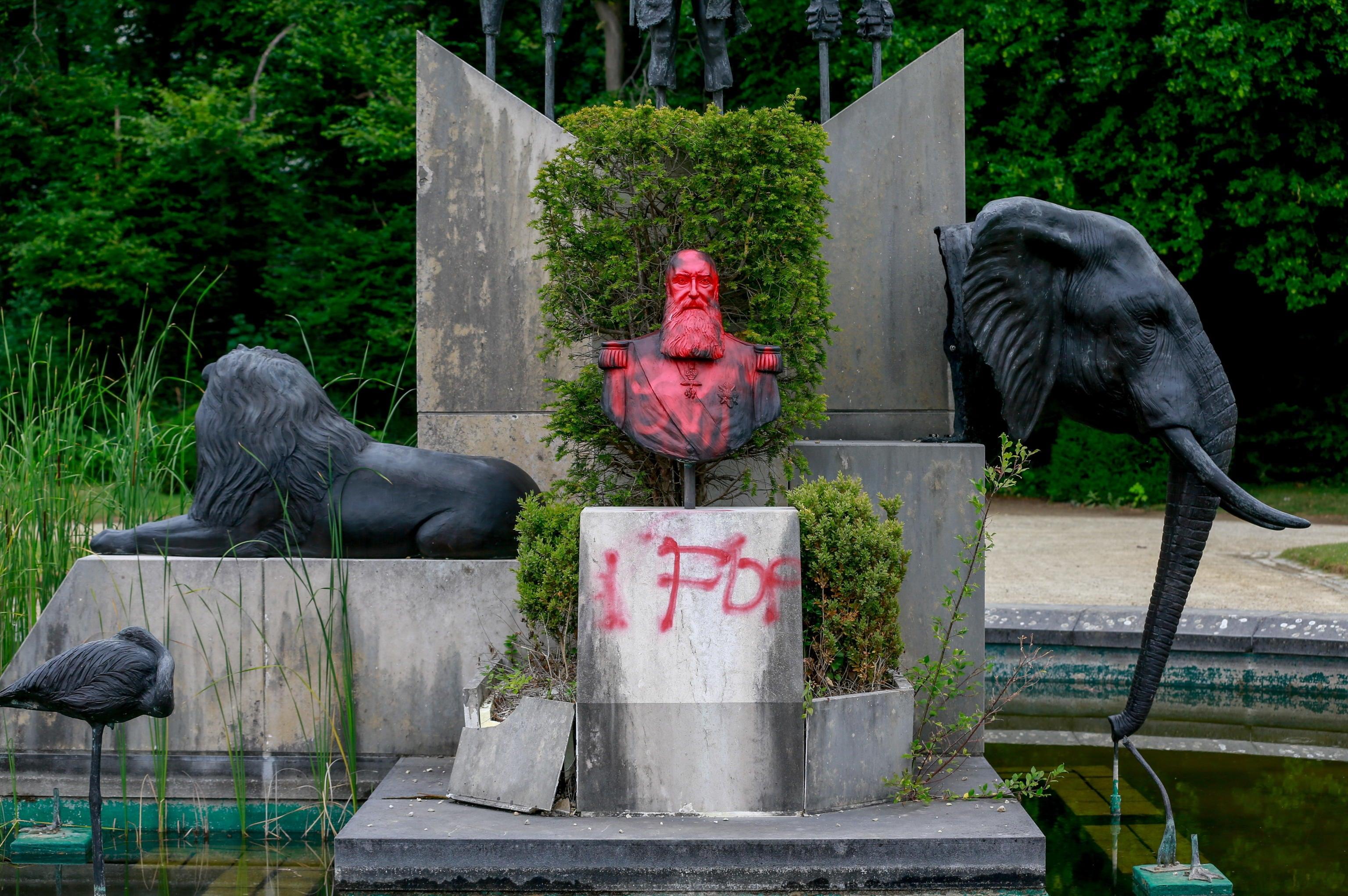 La Statua di Leopoldo imbrattata con lo spray