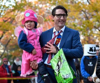 Prime Minister Justin Trudeau, dressed as DC Comics character Clark Kent, holds his son Hadrien, dressed as Paw Patrol character Skye, as they go trick-or-treating at Rideau Hall on Halloween in Ottawa on Tuesday, Oct. 31, 2017. THE CANADIAN PRESS/Justin Tang (Justin Tang / IPA/Fotogramma, Ottawa - 2017-11-01) p.s. la foto e' utilizzabile nel rispetto del contesto in cui e' stata scattata, e senza intento diffamatorio del decoro delle persone rappresentate