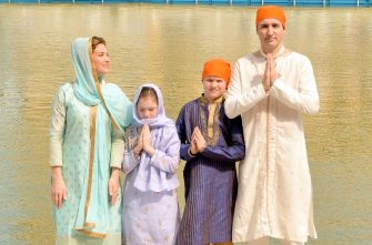 AMRITSAR, INDIA - FEBRUARY 21: Canadian Prime Minister Justin Trudeau and his wife Sophie Gregoire Trudeau with their son Xavier and daughter Ella-Grace paying obeisance, on February 21, 2018 at Golden Temple in Amritsar, India. After offering prayers inside the temple, the Trudeau's attended the traditional langar or community meal and performed kar seva at the Golden Temple's community kitchen. (Photo by Sameer Sehgal/Hindustan Times/Sipa USA ) (Hindustan Times / IPA/Fotogramma, Amritsar - 2018-02-21) p.s. la foto e' utilizzabile nel rispetto del contesto in cui e' stata scattata, e senza intento diffamatorio del decoro delle persone rappresentate