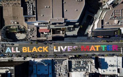 "Hollywood, grande scritta arcobaleno: ""All black lives matter"". FOTO"