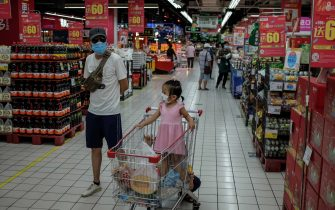 epa08487634 People wearing face masks shop in a supermarket following the confirmations of new SARS-CoV-2 cases in Beijing, China, 16 June 2020. According to Chinese health authorities, more SARS-CoV-2 and COVID-19 cases have been confirmed in Beijing.  EPA/WU HONG