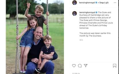 Il principe William festeggia 38 anni: foto sull'altalena coi figli