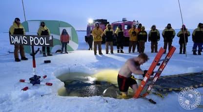 Antartide, ricercatori festeggiano il solstizio con un bagno gelato