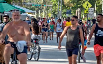 epaselect epa08511403 A group of people walk in Miami beach, Florida, USA, 26 June 2020. Florida's Department of Business and Professionals Regulations has suspended the consumption of alcoholic beverages at bars across the state as a surge of new Coronavirus cases continues. As Florida reported a record 5,511 new COVID-19 cases on 24 June, Miami-Dade County was responsible for 957 of them.  EPA/CRISTOBAL HERRERA