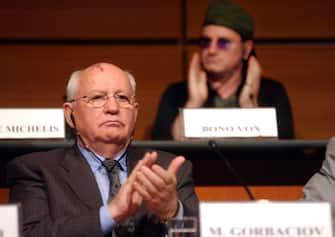 ©ALESSANDRO LERCARA/LAPRESSETORINO, 19-05-03SALONE DEL LIBRO AL LINGOTTO FIERETHE WORLD POLITICAL FORUMNELLA FOTO: MICHAIL GORBACEV E BONO VOX