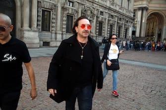 Foto LaPresse - Vince Paolo Gerace 12/10 /2018  - Milano (MI)   Cronaca  Sosia Bono Vox  Nella foto Il sosia si Bono Vox passeggia in Piazza della Scala mentre la gente lo ferma per fare un selfie. Molti fan degli U2 sono a Milano in occasione dei concerti della band di Bono